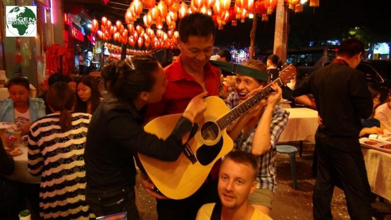 """Afsluttede den """"våde"""" aften(nat) med, at give et nummer sammen med en af de forbigående gademusikanter."""