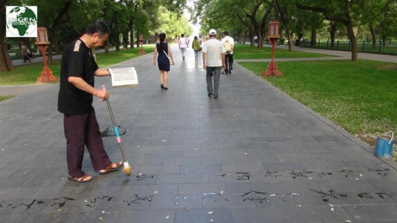 Mand der maler med klar olie på parkens belægning ???