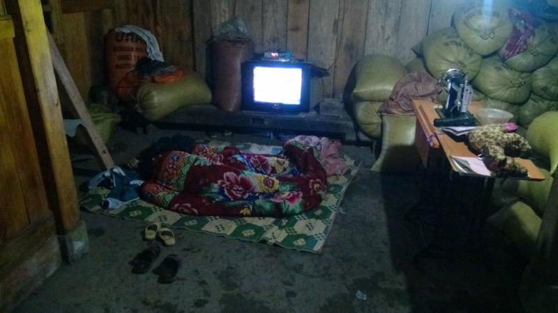 Her på betongulvet sov vores værtinde og hendes børn, mens vi fik deres senge - det er fandme gæstfrihed!