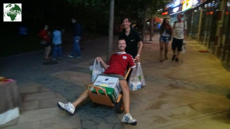 Den lokale købmand bringer glædeligt varerne helt til hoteldøren - UDEN BEREGNING – der kunne Fakta lære noget!