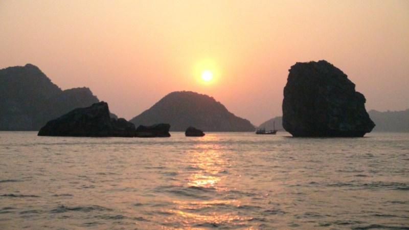 Solnedgang over Halong Bay