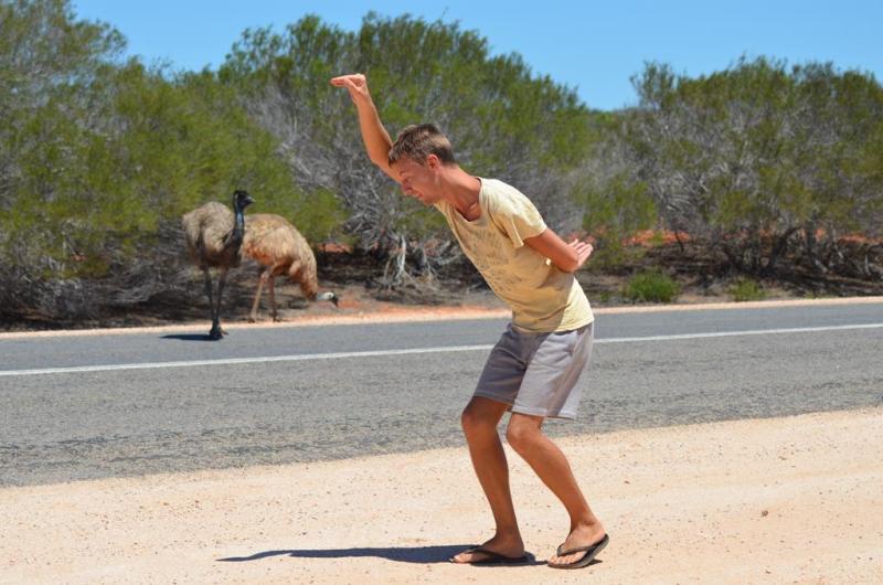 Erik i gang med den forbudte emu dans!
