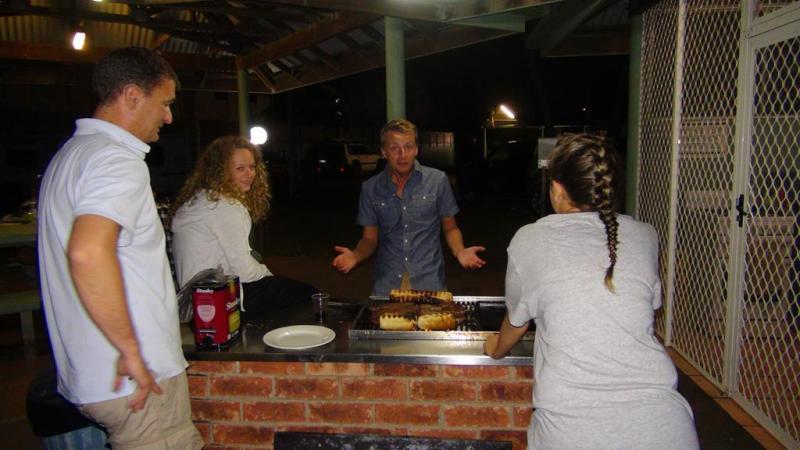 Endnu en hyggelig aften med rødvin og god mad, denne gang over grillen ved det udendørs køkken på vores campingplads.