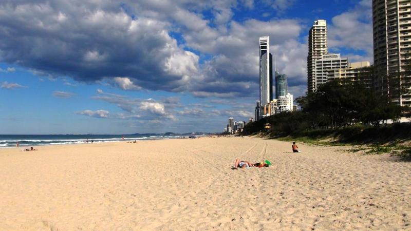 Den smukke lange strand i Surfers Paradise.