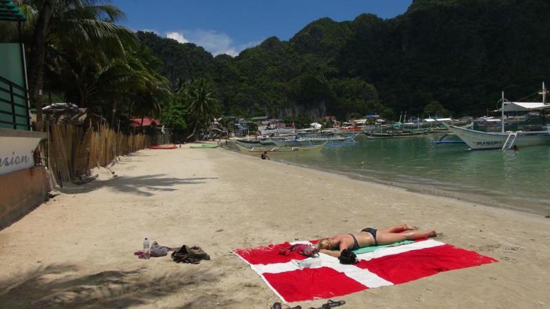 Viser flaget på stranden i El Nido
