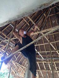 Man skal være lidt frisk og opfindsom for at få tingene til at lykkes. Her er Erik på vej op i stilladset for at sætte en pære i lampen oppe under taget.