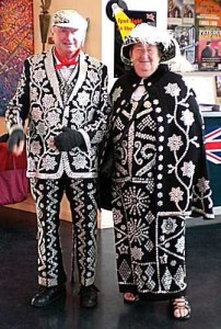 Pearly king and queen vestidos de negro con perlas