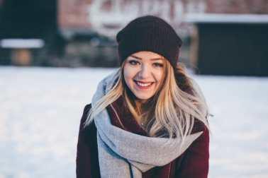 Mujer sonriendo en la nieve