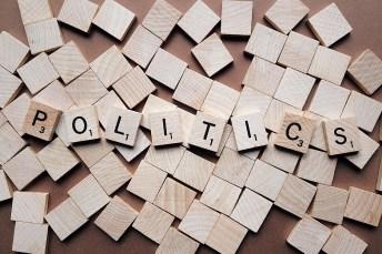 Política escrita en scrabble