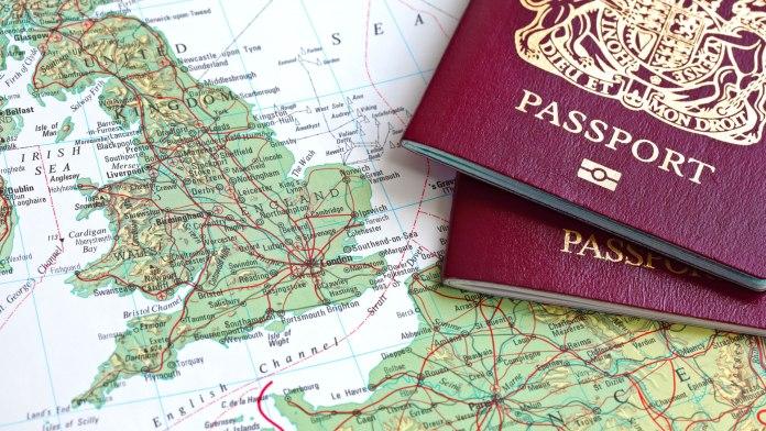 imagen de un mapa de inglaterra con unos pasaportes