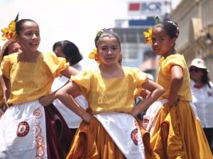 Niñas vestidas tradicionalmente