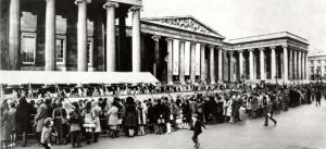 Queues at the British Museum to see the Treasures of Tutankhamun exhibition.