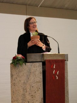 Die stellvertretende Seniorin des Pfarrkapitels im Dekanat Ingolstadt, Pfarrerin Sonja Scherle-Schobel, bei ihrem Grußwort