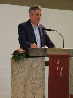 Dr. Thomas Stur, Rektor der Schule Oberhaunstadt bei seinem Grußwort.