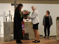 Vetrauensfrau Ute Euringer gratuliert Pfarrerin Anja Raidel.