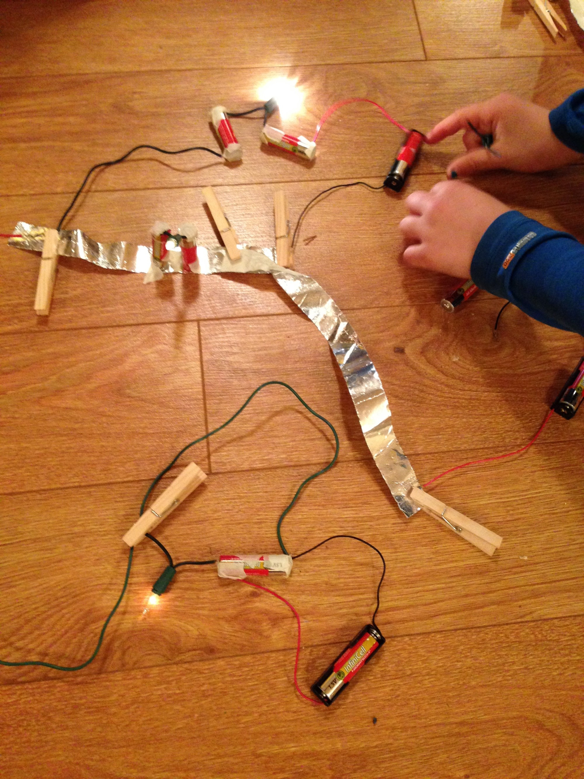 hight resolution of electric circuits with home made wires and bulbs