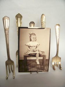 display-old-photos-with-vintage-fork-easels