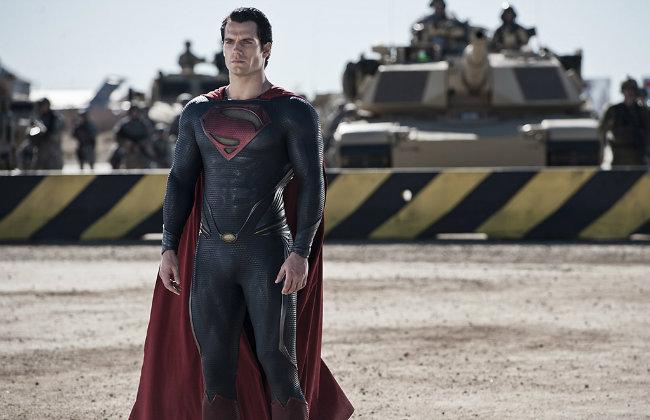 Superman, pronto para o combate, com o uniforme Kryptoniano