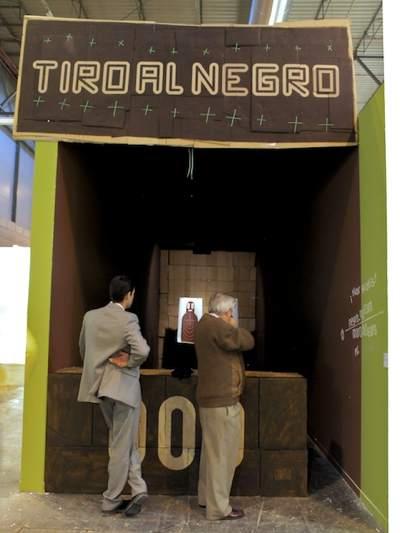 Imagen de la instalación Tiro al negro de Boris Hoppek