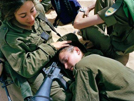 Imagen de la serie Serial No. 3817131 de Rachel Papo sobre las adolescentes militares