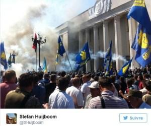 #Ukraine : Une grenade explose devant le parlement de Kiev causant 3 mort et plus d'une centaine de blessés lors de la discussion d'une loi de décentralisation.