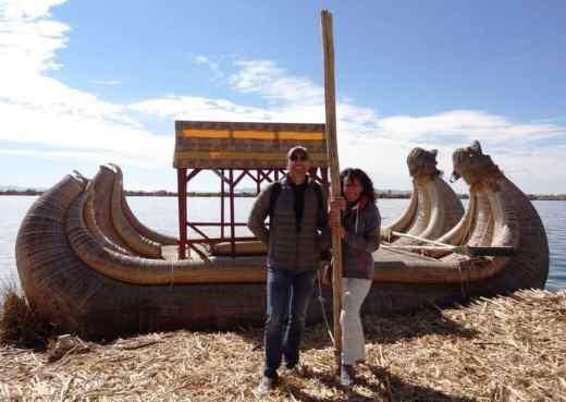 coppia di turisti in posa davanti a imbarcazione fatta a mano
