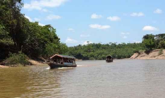 Rio delle Amazzoni con imbarcazioni che lo navigano