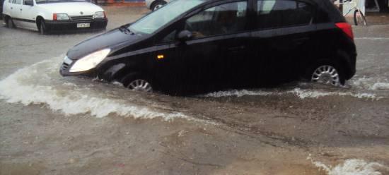 Καταιγίδα στην Κεφαλονιά: Τα αυτοκίνητα βγήκαν… βαρκάδα!