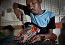 ही केनियाची कंपनी समुद्रात प्रदूषण करणाऱ्या चपलांपासून आकर्षक खेळणी बनवते