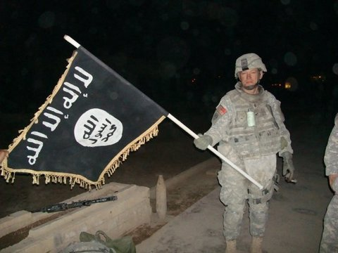 U.S._Army_soldier_with_captured_ISIS_flag_in_Iraq,_December_2010 marathipizza