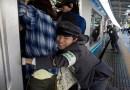 अजब देशाची गजब गोष्ट : इथे प्रवाश्यांना चक्क धक्के मारून ट्रेनमध्ये भरलं जातं!