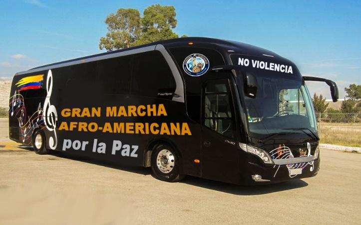 Omnibus debidamente decorado y publicitado que atraviese el continente americano de norte a sur