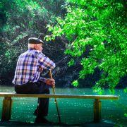 Anciano meditando su vida