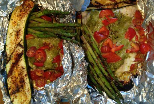 Steinbit og Pesto med tomater og asparges