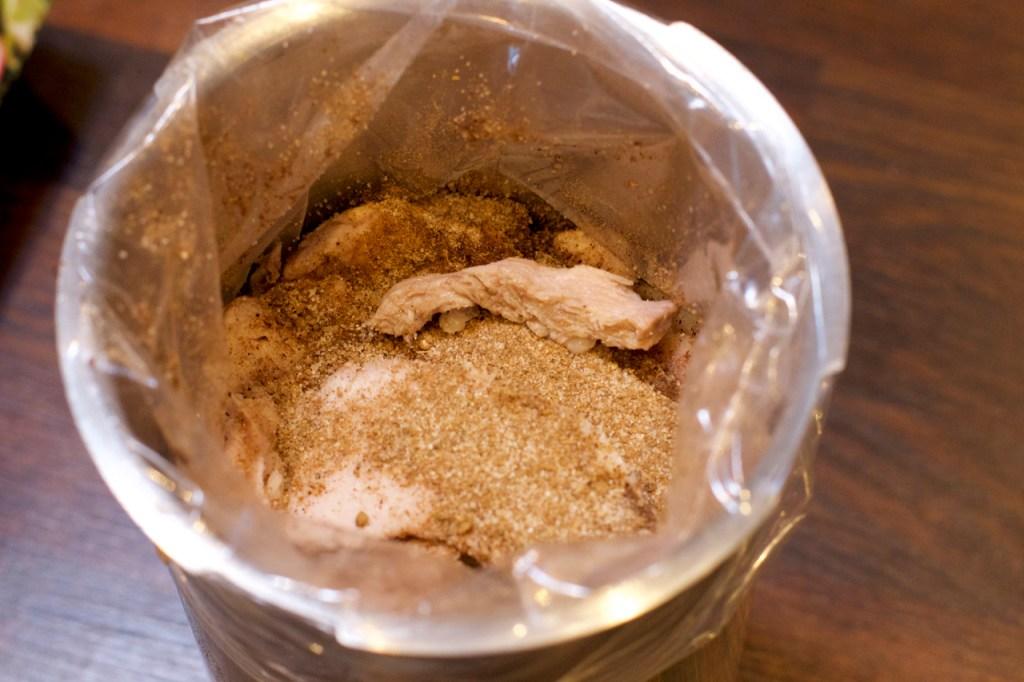 Legg kjøttet lagvis med krydder mellom