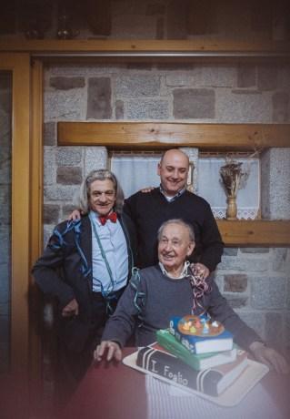 Il maestro Antoni Stagnoli - Mario Zanetti - Il poeta Innocente Foglio con la torta gigante dedicata all evento