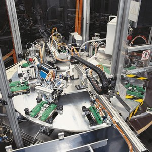 Montagestationen am Rundtakttisch, Taktzeit ca. 10 Sekunden