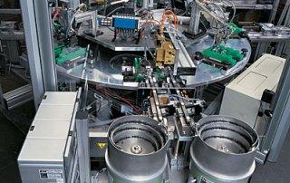 Automatische Zuführung der Miniaturfedern und des Schüttgutes