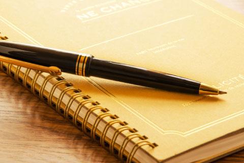 ノートの上のペン