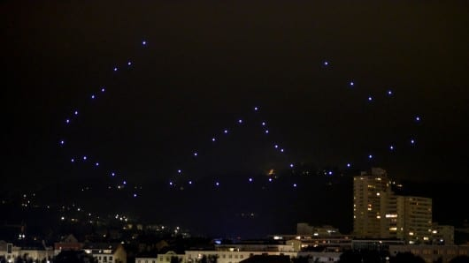 World record quadrocopter swarm puts on impressive light show
