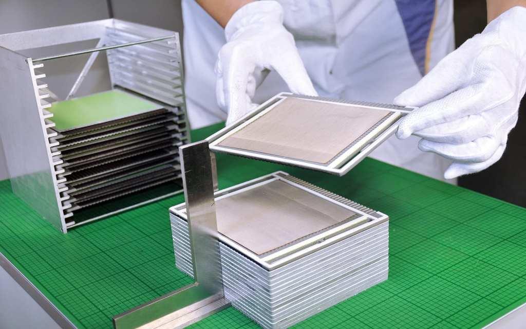 Production of the cell stacks at the Fraunhofer IKTS. © Fraunhofer IKTS