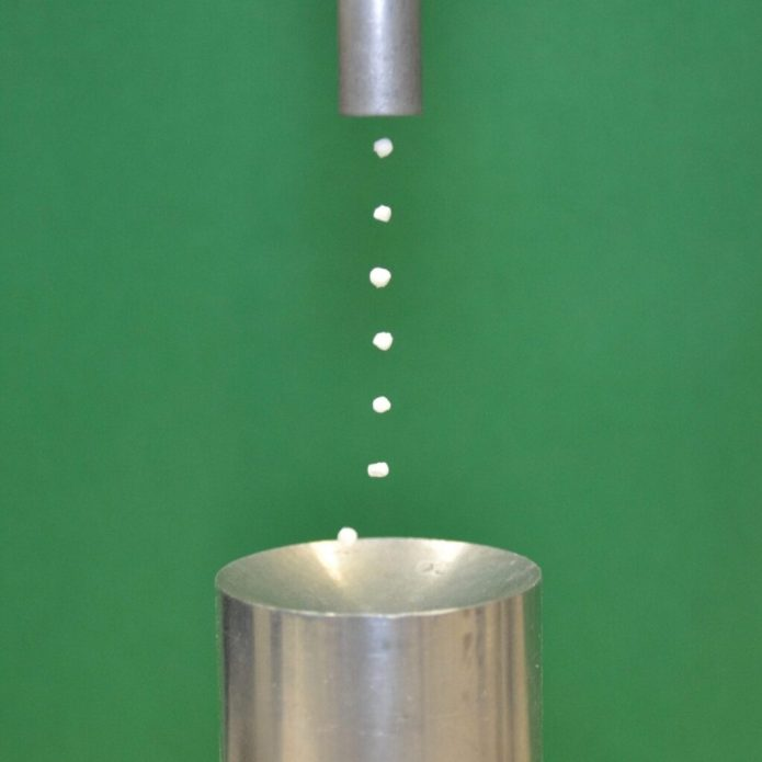 Levitation of expanded polystyrene particles by ultrasonic sound waves. CREDIT: M. Andrade/University of São Paulo