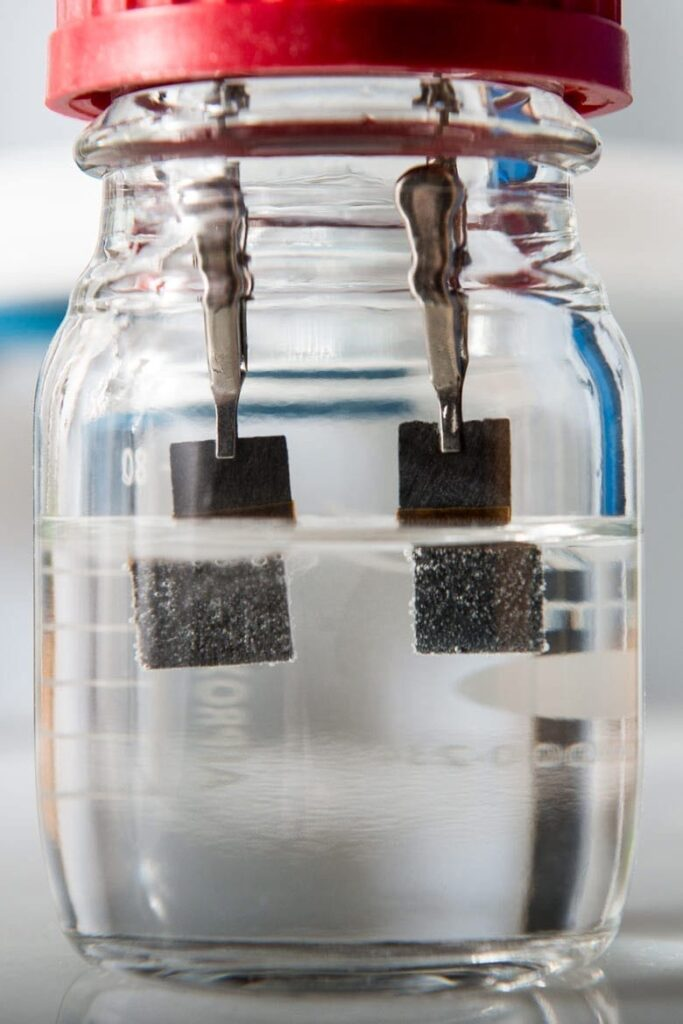 Unlike conventional water splitters, the device developed in Associate Professor Yi Cui's lab uses a single low-cost catalyst to generate hydrogen bubbles on one electrode and oxygen bubbles on the other.