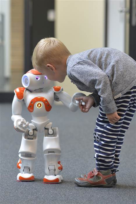 A child with language robot Nao. CITEC / University Bielefeld