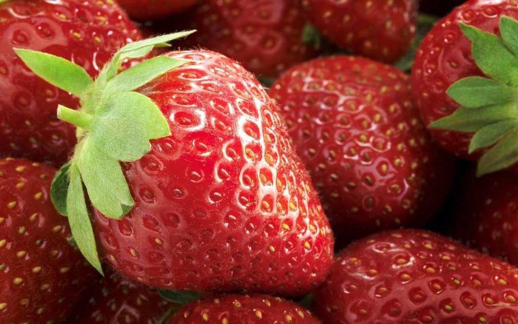 Fresh strawberries, close-up via www.hqwalls.com