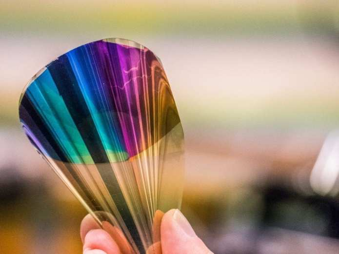 Chalmers' e-paper contains gold, silver and PET plastic. The layer that produces the colours is less than a micrometre thin. Photo: Mats Tiborn