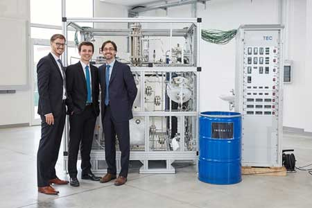 The founders of INERATEC, a spinoff of KIT, develop compact, microstructured chemical reactors for conversion of gases into high-quality liquid fuels.