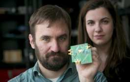 Transmitting and receiving a radio signal on a single chip over a wide range of frequencies