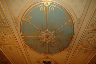 soffito decorato con dipinti e stucchi, completo di due lucernari.