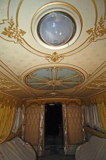 Soffitto decorato con dipinti e stucchi, completo di due lucernari.